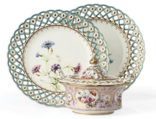 A PAIR OF MINTONS PIERCED PLATES AND AN ENGLISH PORCELAIN PINK-GROUND SUGAR-BOWL AND COVER