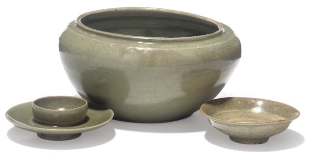 A KOREAN STONEWARE CELADON BOW