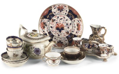 A DERBY IMARI DESK-SET AND TWO