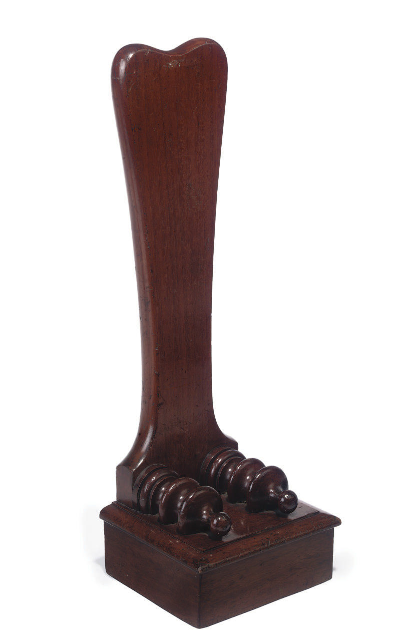 A VICTORIAN MAHOGANY PLATE STAND