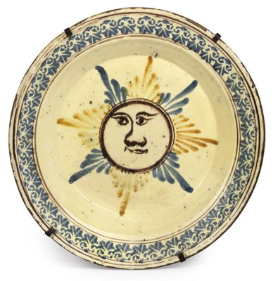 A LARGE SPANISH FAIENCE DISH