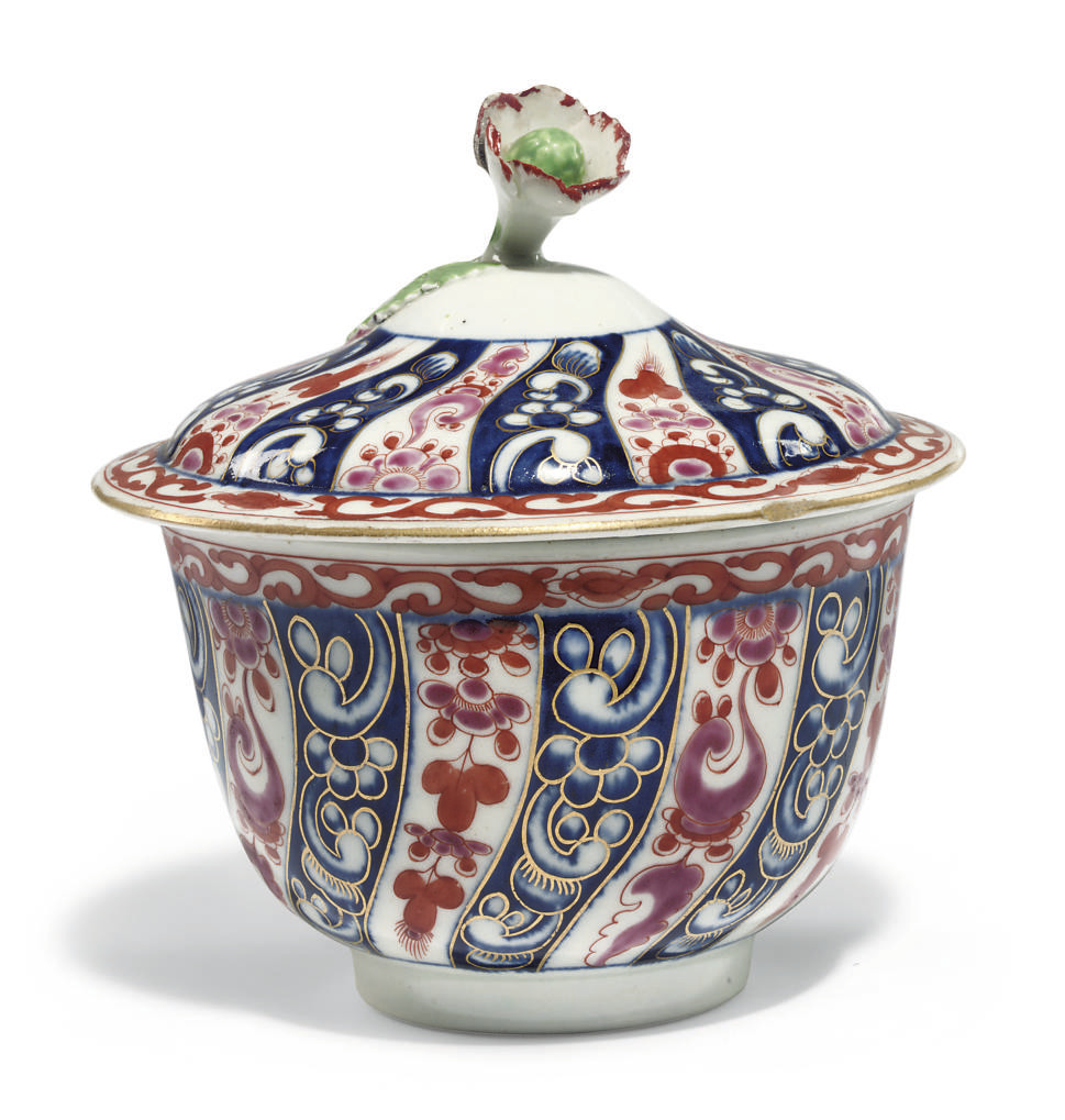 A WORCESTER 'QUEEN CHARLOTTE' PATTERN SUGAR BOWL AND COVER