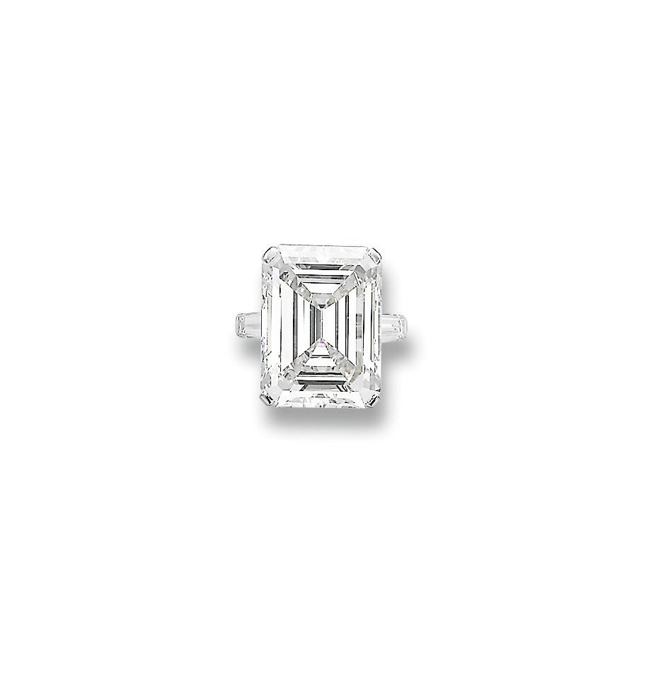 AN ATTRACTIVE DIAMOND RING