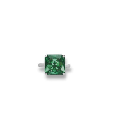 AN ATTRACTIVE EMERALD RING
