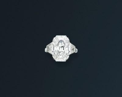 AN EXQUISITE ART DECO DIAMOND