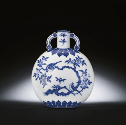 A SMALL MING-STYLE BLUE AND WH