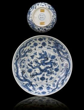 A FINE AND RARE MING BLUE AND WHITE 'DRAGON' DISH