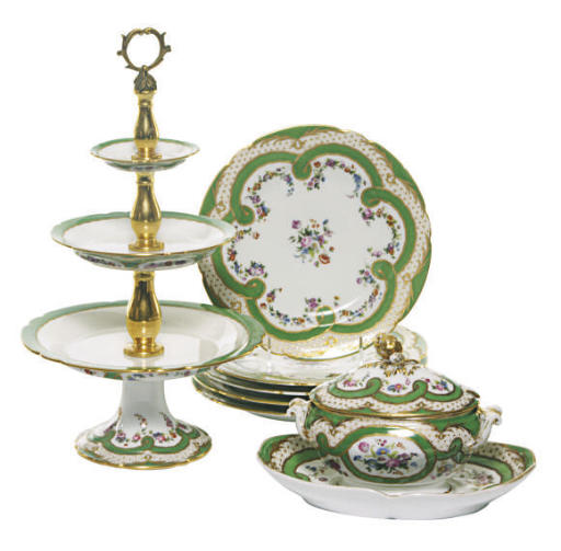 AN EXTENSIVE ASSEMBLED PARIS PORCELAIN GREEN AND GILT 'PARTRIDGE EYE' GROUND DESSERT SERVICE,