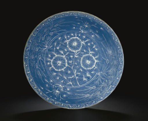 A LARGE SWATOW SLIP-DECORATED BLUE-GROUND BOWL