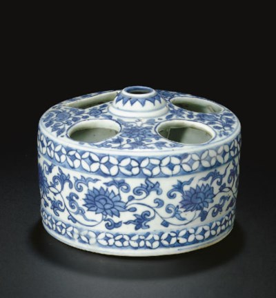 A BLUE AND WHITE DRUM-FORM BRU