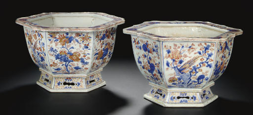 A PAIR OF CHINESE IMARI HEXAGO