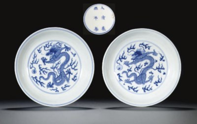 A PAIR OF BLUE AND WHITE DRAGO