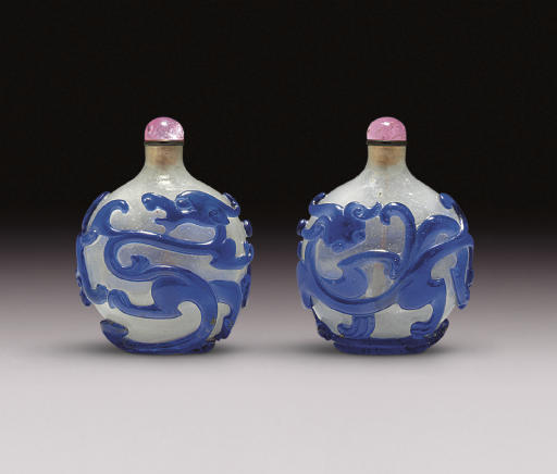 **A WELL-CARVED BLUE OVERLAY BUBBLE-SUFFUSED COLORLESS GLASS SNUFF BOTTLE