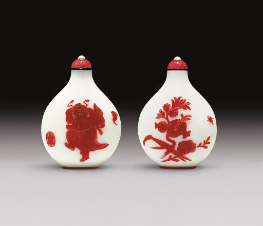 **AN UNUSUAL RED OVERLAY WHITE GLASS SNUFF BOTTLE
