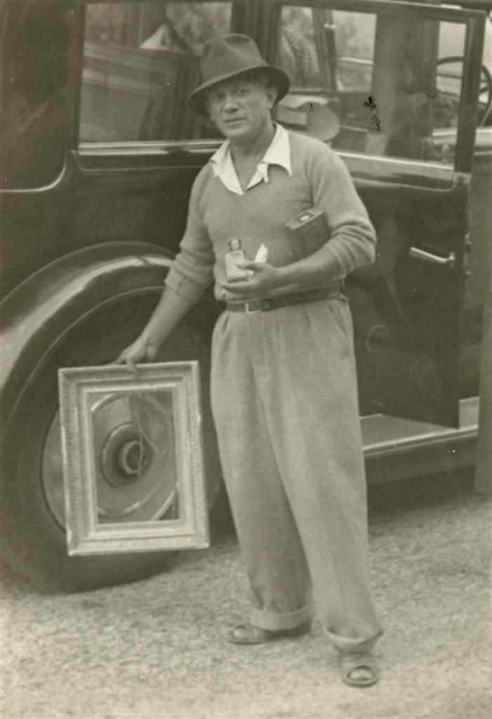 Picasso jouant à encadrer la roue de l'Hispano-Suiza, Mougins, France, 1937