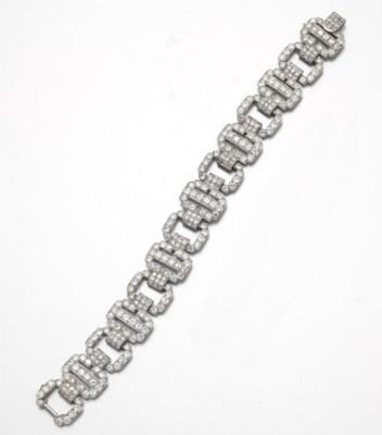 AN ART DECO DIAMOND BRACELET,