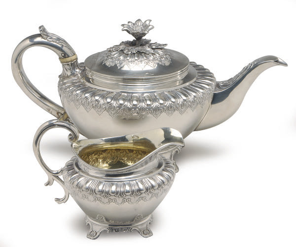A GEORGE IV SILVER TEAPOT WITH