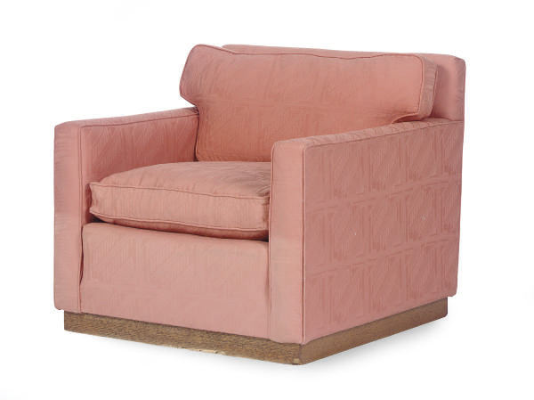 AN UPHOLSTERED LOUNGE CHAIR,