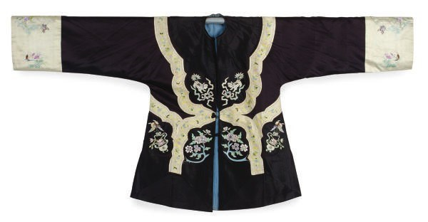 A CHINESE EMBROIDERED SILK BLA