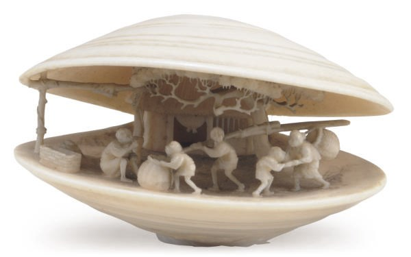A JAPANESE IVORY CLAM-SHELL FO