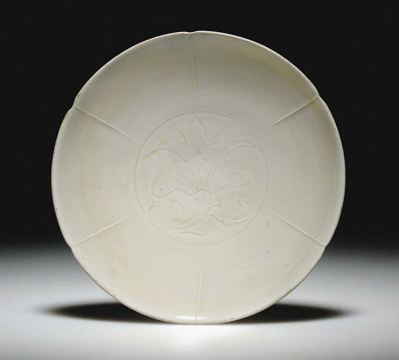 A DINGYAO CARVED PETAL-LOBED D