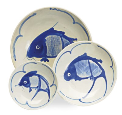 A SET OF CHINESE PORCELAIN DIS