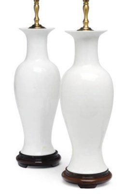 A PAIR OF CHINESE PORCELAIN WH