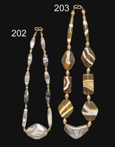 A BACTRIAN BANDED AGATE BEAD N