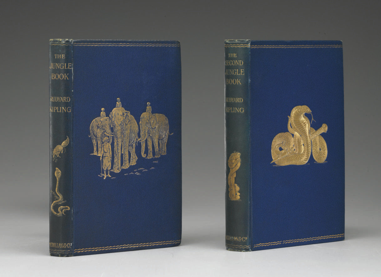 《叢林之書》又譯為《叢林奇談》,出版於1894年,半透明玻璃紙做的書衣下,可看見漂亮的海軍藍色布封面和上面鍍金的大象線雕畫。