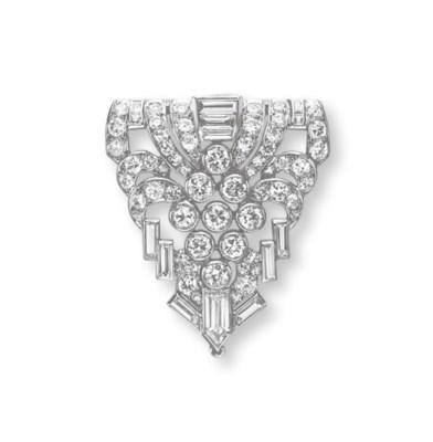 AN ART DECO DIAMOND CLIP BROOC