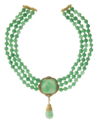 A JADE BEAD AND GOLD NECKLACE,
