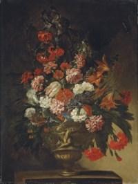 Bouquet de fleurs dans un vase en bronze sur un entablement