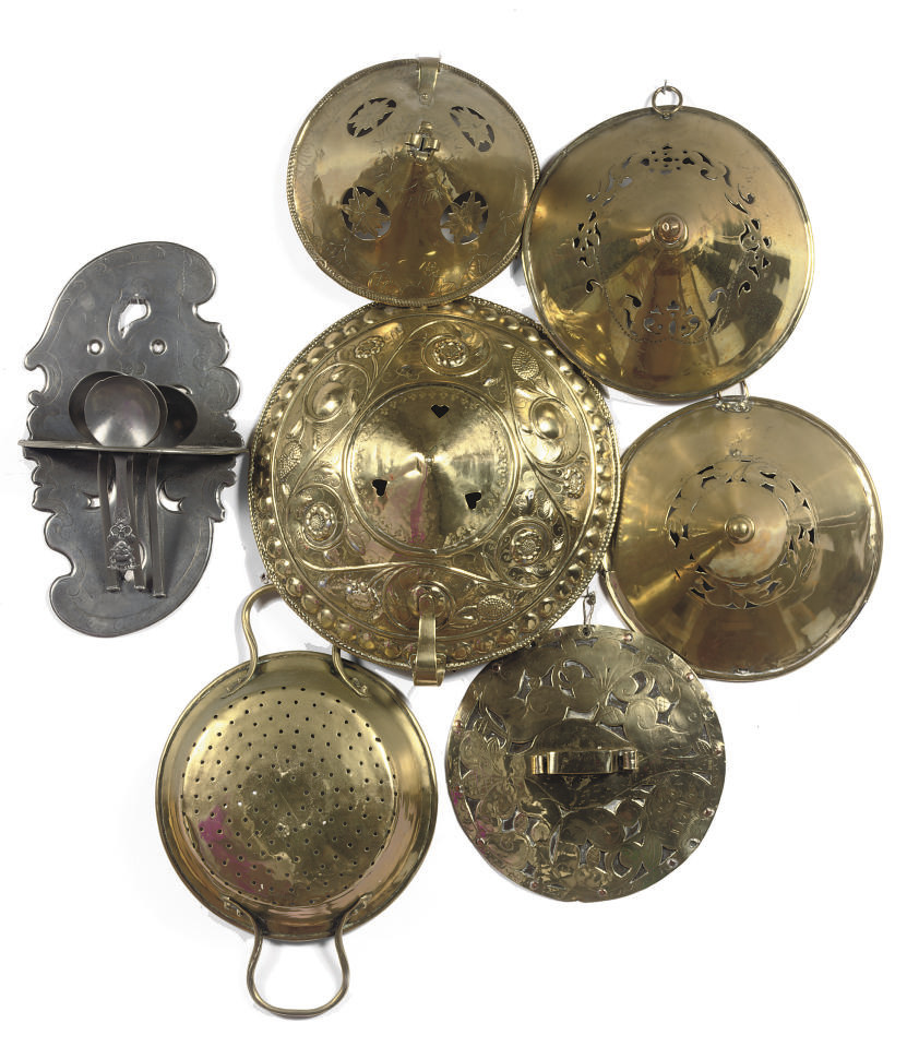 VARIOUS BRASS AND PEWTER KITCH