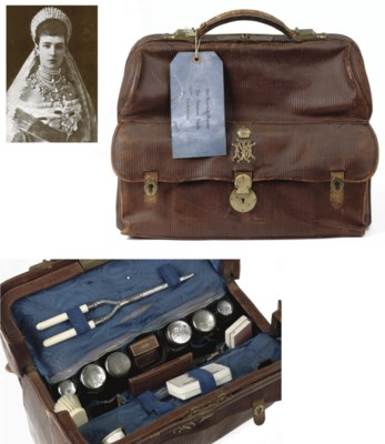 A leather travelling bag belon