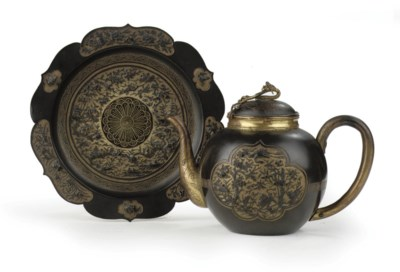 A Japanese sawasa ware teapot