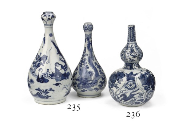 Two Chinese blue and white bot