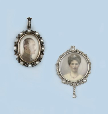 A COLLECTION OF LOCKET PENDANT