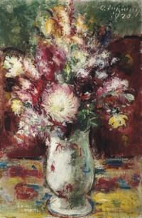 Blumenstrauss in heller Porzellanvase
