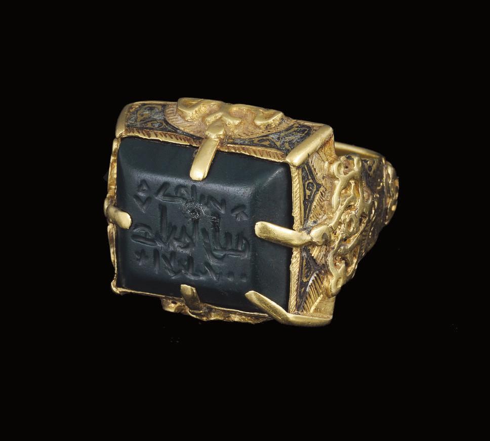 A SELJUK GOLD RING WITH ENGRAV