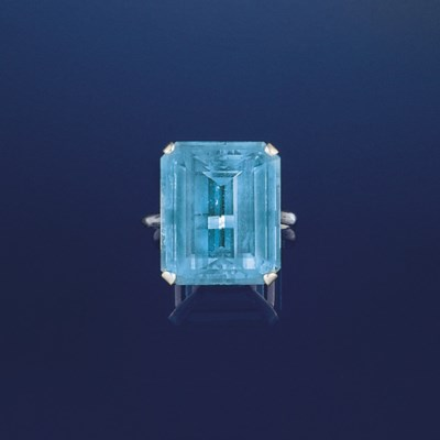 An aquamarine single stone rin