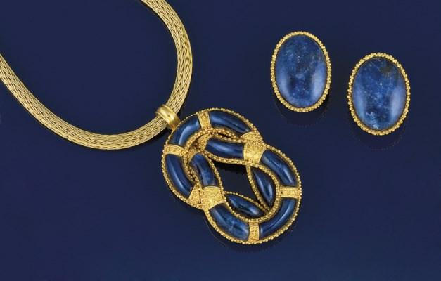 A sodalite pendant necklace an