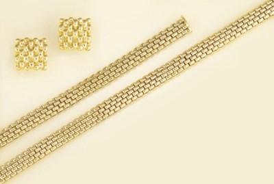 A fancy link necklace, bracele