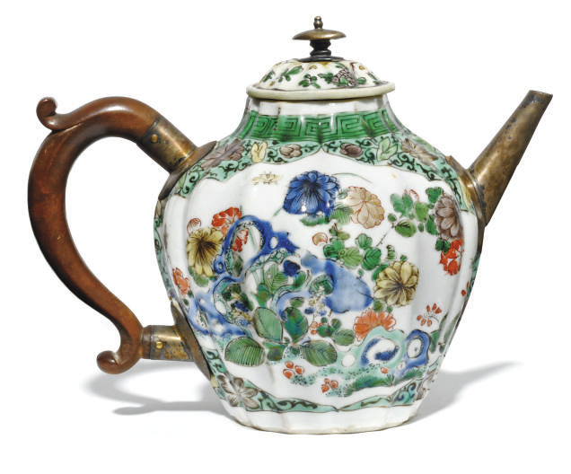 A CHINESE FAMILLE VERTE TEAPOT