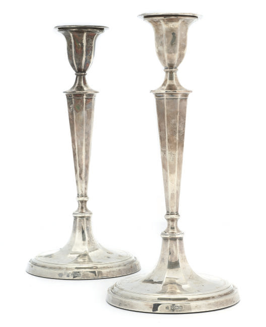 A PAIR OF EDWARDIAN SILVER CANDLESTICKS IN THE GEORGE III STYLE