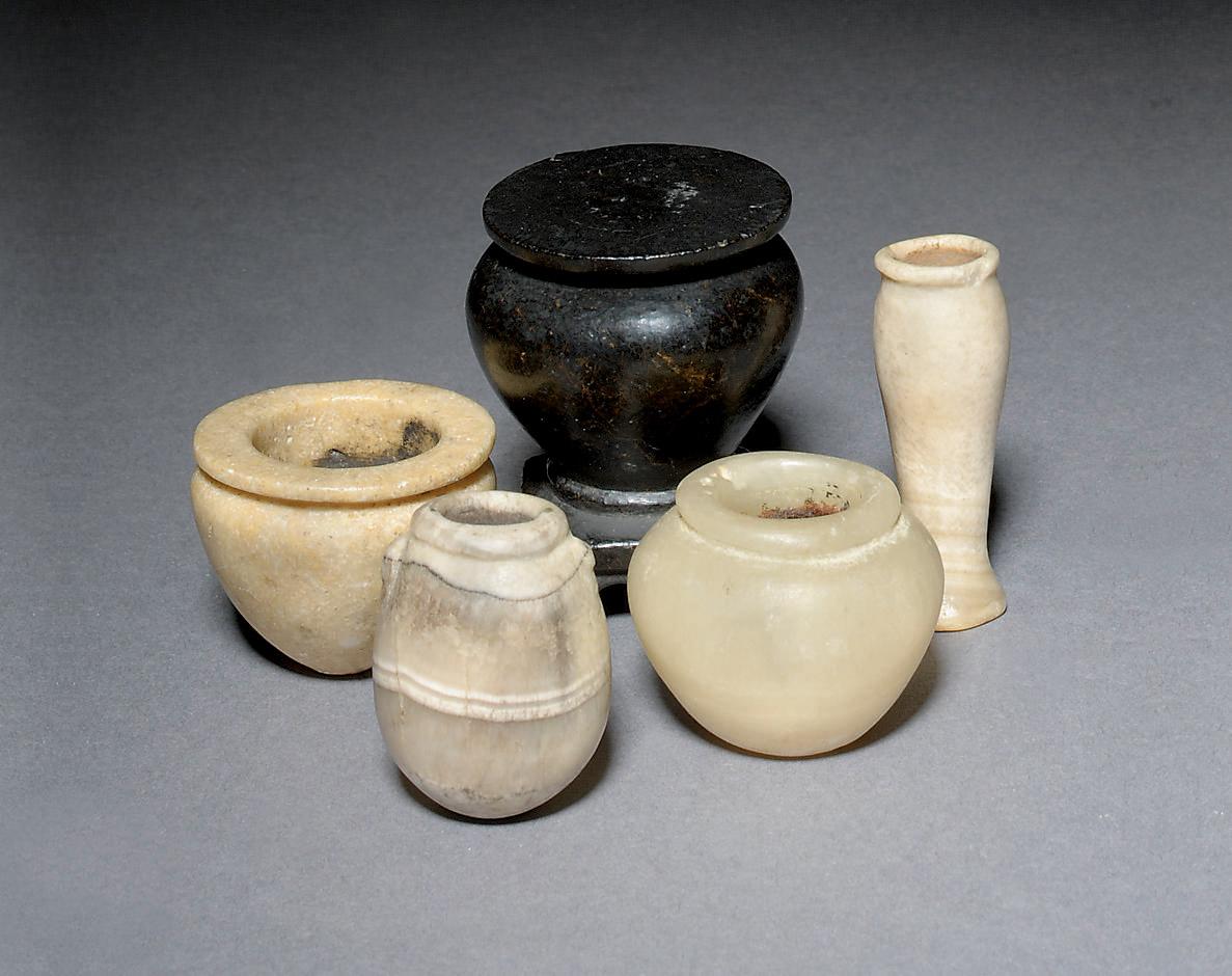 AN EGYPTIAN DARK STONE KOHL-JA