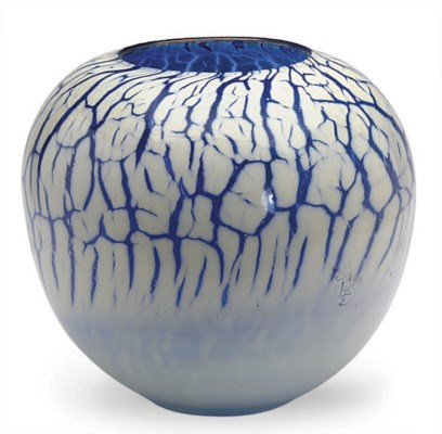 A FRENCH OVERLAID GLASS VASE,