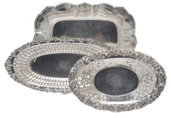 A GROUP OF FIVE AMERICAN SILVER DISHES AND A SERVING TRAY,