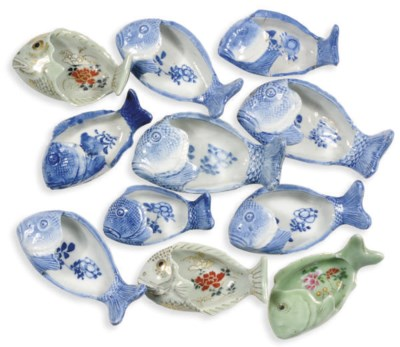 A GROUP OF EIGHT BLUE AND WHIT