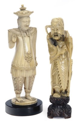 A CHINESE IVORY CARVED FIGURED