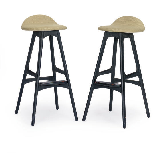 A PAIR OF EBONIZED BAR STOOLS,